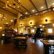開放的でおしゃれな店内は結婚式の二次会や会社関係のパーティにぴったり。着席100名、立食150名で利用可能、ビュッフェ形式での食事も人気です。コース料理、フリードリンクがあり各種パーティに最適。