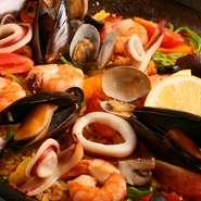 海老、ムール貝、イカなどの魚介をふんだんに使用しサフランを入れてお米を煮込んだ【ランチョ・エルパソ】特製のパエリア。大中小他サイズが選べます。 調理時間をいただく料理なので、事前予約を。
