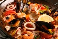 海の幸たっぷり、スープの旨みが絶品の彩り豊かでパーティにぴったりな『魚介のパエリア』
