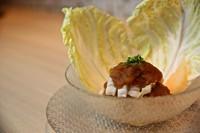 ひとくちサイズの上身をおろしポン酢で和えた逸品です。新鮮な白菜で河豚とおろしポン酢を包んでかぶりつく。シャキシャキとした白菜と弾力のある河豚の食感にポン酢のアクセントが絶妙です。