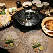 店の一番の食材であるとらふぐは、山口県や長崎県などで水揚げされた上質なものを使用しています。また自家製のポン酢は、ふぐの味を存分に楽しめるように調味料にもこだわり作っています。