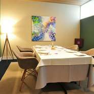 食事場所であると共に、商談や会合、あるいは旅行やデートなどフレキシブルな一面も。ビジネスシーンから家族のひと時まで、プライベートな時間を満喫できる8名まで入れる個室が完備されています。