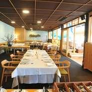 オープンキッチンで繰り広げられるライブ感は、ゲストにも二人にとっても特別な時間。ニーズに合わせ、スタッフがサポートしてくれます。ナチュラルなスタイルで人生最大のイベントを楽しめるレストラン。