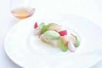 白ワイン、ノンアルコールペアリングとも相性がいい一皿になっています。
