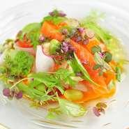 低温調理を施したサーモンと季節の野菜を、サラダ仕立てにアレンジしました。フレッシュさとそれぞれの食材の味を生かし、味付けは極力シンプルに。重なり合う色彩の美しさにもこだわった一皿です。