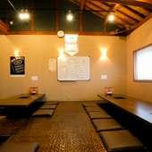 広い小上がり×天井の梁が開放的な空間で、ゆったりと焼肉三昧を