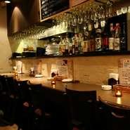 Hajime自慢のオープンキッチン向かいにあるカウンター席です。デートなどのシーンに◎