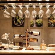 ワインが豊富に揃っているので、ワイン通にも人気があります。イタリアワインを中心とした種類豊富なラインナップ。料理に合うワインをソムリエがセレクトしてくれるのも、人気のサービスの一つです。