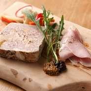 ウンブリア州で修業を重ねたシェフならではの茶美豚とフォアグラのテリーヌ。本場イタリアと同様に、豚肉のいろいろな部位を余すことなく使用しているので、奥行きのある深い味わいに仕上がっています。
