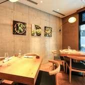 シンプルなモルタルの壁と木製インテリアが調和する内装