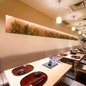 木の温もりと清潔感ある空間で、ゆっくり上質な食事を楽しむ