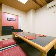 周りを気兼ねせずに過ごせる個室は掘りごたつになっているので、くつろぎながら食事ができます。小さな子供を連れた家族団欒の場にも最適。2部屋を繋げれば最大20名まで収容できるので、各種宴会にも便利です。