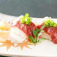 熊本県の牧場から直送される馬刺しを、豪華に握りで堪能できます。上質な馬刺しとさっぱりとした酢飯が奏でる絶妙なハーモニー。魚介を存分に味わった後の、〆の一品としても人気です。