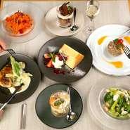 会話を弾ませながら、カジュアルにフランス料理を堪能できる【Sengawa Poire】。繊細に盛り付けられたおしゃれな逸品が、いつものデートを鮮やかに彩ってくれることでしょう。
