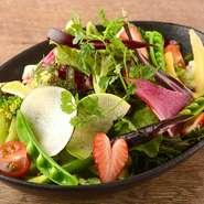 海からの風を受けてミネラルたっぷりに育った三浦野菜を中心とした彩りの良いサラダ。自家製のドレッシングも大好評です。