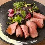 国産牛肉のランプ、イチボを低温でゆっくり仕上げました。特製ローストビーフソースとワサビ風味のサワークリームを添えてご提供します。当店自慢の逸品です。