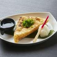 独特の形状でおなじみの宮城県の郷土料理。外は香ばしく中身はふわふわ、ジューシーながらもヘルシーでぜひ注文しておきたいひと品です。