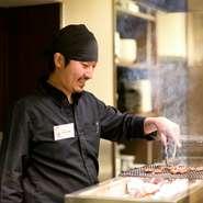 心がけているのは笑顔です。笑顔で接客することはお客さまの緊張をほぐし、より美味しくお料理を召し上がっていただけることにつながる、と考えております。お客さまとの程よい距離感も大切しています。