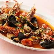 漁師の料理と呼ばれる『ズッパディペッシェ』は、魚介の旨味がつまった絶品スープ。開店当時より根強い人気の名物料理です。旨みが染み出た豪快な料理は、目でも香りでも食感でも楽しめる「食べるべき一品」です。