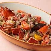 活ロブスターにレッドオニオンと厳選トマトをオリーブオイルで絡めた豪快な『ロブスターのカタラーナ風』
