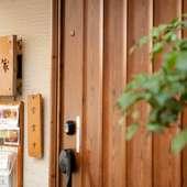 温もりを感じさせる、木のドアをくぐると広がるくつろぎの世界