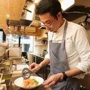 カウンター内で調理をしているので、お客様の食事の速さやタイミングを見計らいながら料理を提供するようにしています。そして、全てのお客様が楽しく食事をしていただけるような接客を心がけています。