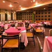 「放送センター西口」バス停前のビル地下1階にある、知る人ぞ知る渋谷の老舗洋食屋。熟年の昭和世代には懐かしく、若い世代には古き良き昭和の時代を新鮮に感じることができる、ゆったりとした空間が広がります。