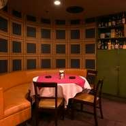 カーブした壁がモダンなソファー席は、デートにおすすめ。肩を並べて、ゆったり食事を楽しめます。気の合う仲間との、アットホームな食事会にもピッタリ。ボリュームがある定食をシェアして楽しむのも良さそうです。