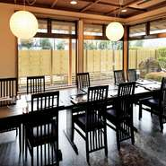精進落としや、回忌・法要後の食事場所にいかがでしょう。料理やプランは事前の相談も可能。庭を眺められるテーブル席や広々とした和室など、人数に合わせゆったりと利用できる座席が完備されています。