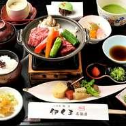 『伊賀牛陶板』をメインに、彩り豊かな京料理がずらりと並ぶおすすめのランチプラン。陶板焼きなので、自分好みの焼き具合を調整しながら味わえます。