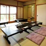 足元もくつろげる和室は、小さな子供から年配の方まで幅広い世代が一緒に過ごしやすい座席です。充実している『お喰い初め膳』やハレの日にふさわしい会席などシーンに合わせ選べる料理をご用意しています。