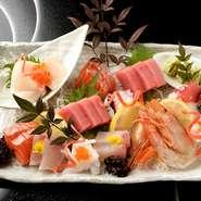 伊賀には海はありませんが、常に市場から鮮度抜群の魚介が届きます。旬ごとに変化していく、さまざまな種類を盛り合わせにアレンジ。美しい盛り付けにもこだわった一皿です。