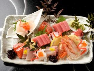 市場から直接届く、海の幸を食べ比べ『お造り盛合わせ』