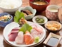 紅ズワイガニが丸ごと一匹ついた定食です。(7~8月は禁漁のためありません)