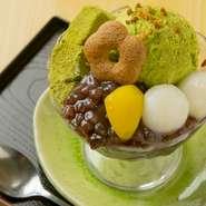 しっとりとした北海道十勝産あずきと、上品な甘さの抹茶アイスが、ぷるるん食感のわらびもちによく合います。白玉団子と栗をトッピングした【芭蕉庵】オープン当初から続く人気メニューです。