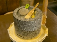 極上の丹波黒豆を自分で挽き、黒豆きな粉をつくる人気メニューです。 ※抹茶またはコーヒー付