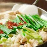 博多の西中洲でも和食店を営んでた大将が博多の味を沖縄で再現! こだわりのもつ鍋をお楽しみくださいませ。  季節の前菜・刺身盛り合わせ・当日仕込みを2品・博多もつ鍋・麺・デザート