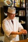 目の前で作られる料理を見ながら1杯。日本料理の基本。天ぷらと鮨をお楽しみくださいませ。山口県のすし職人山本財氏より伝授。  季節の前菜・刺身盛り合わせ・蒸し物・天ぷら・握り寿司・吸い物・デザート