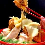 【なんでんかんでんコラボ企画】 Okinawa百鶏拉麺は鶏むね肉&もも肉&とろけるチーズで参戦!2012年に、とんこつラーメン屋さんが立ち並ぶ福岡で鶏白湯スープだけでオープンさせた百鶏拉麺(パイチーラーメン)。テレビやマスコミにも取り上げられ徐々に認知され週末には行列ができる店となりました。思い入れのあるラーメン。ぜひ沖縄のお客様にも食べて頂きたく、久茂地みかさで復活します。