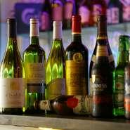 選び抜かれた良質の食材を使ったこだわりの料理を引き立てるのは、充実したアルコールメニュー。ワインは、イタリアやフランス産のものを中心に揃っています。カクテルやチューハイなども豊富に用意。