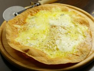 手作り生地にたっぷりのチーズを『クアトロピッツァ』