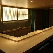 お一人様ごとのお席はゆったりとリラックスして頂くために広めにとっております。広くはない店内ですが、お料理以外もお楽しみいただくために内装にはこだわっております。ぜひ和の空間もお愉しみください。