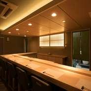 個室がなくても、店主の技を眺められるカウンターは会食やビジネスの場としても人気。寿司が完成する様子に、会話も自然に弾みます。日本酒にこだわりたい方へのおもてなしにもぜひ。