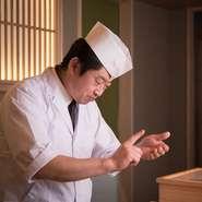 お客様一人ひとりを大切におもてなしするため、カウンターのみのお店にこだわりました。寿司を提供するだけでなく、日本酒を合わせて楽しめるよう、利き酒師も取得。リラックスできる空間づくりも大切にしています。