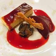 香草を使いオリジナルの手法で熟成させた和牛サーロインステーキ。柔らかくしっかりした赤身の美味しさです。 他にラウンドカルビの熟成牛(¥1800)もございます