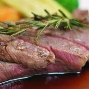 博多湾で獲れた天然の魚介類を使った料理が自慢です。四季折々、平目、車エビ、あわび、穴子、スズキ、鯛など魚種も豊富。漁師からの直接仕入れなので味わいも格別。旬の味を様々な調理でぜひお楽しみください。