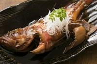 和出汁と「キンキ」の旨みが、身の内側までしっかりと染み込んだ『キンキの煮付け』