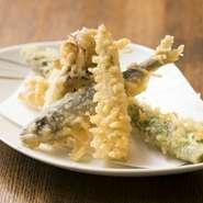 旬菜・旬魚の素材の瑞々しさを薄衣で閉じ込めた天ぷらは、四季折々の風味が口の中に広がるおすすめの逸品。一つずつ揚げていくので、常に熱々をいただけます。食材本来の味を楽しめる塩でぜひ。