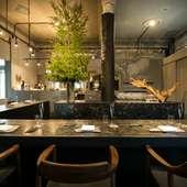 どこか無機質な空間が、料理を鮮明に浮かび上がらせる