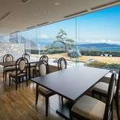 全席から海が見えるホテルレストラン。一部の席からは富士山も